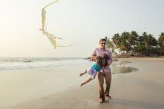 Azjatycki ojciec bawić się z jego córką obraz stock