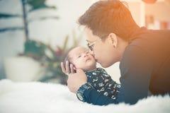 Azjatycki ojciec niósł twój córki Zdjęcia Royalty Free