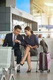 Azjatycki pary czekanie w lotnisku fotografia stock