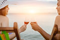 Azjatycki pary odprowadzenie na plaży gdy słońce będzie wokoło zmierzch podczas miesiąca miodowego Obrazy Stock