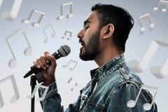 Azjatycki piosenkarza śpiew z mikrofonem obrazy royalty free