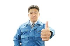 Azjatycki pracownik pokazuje aprobata znaka Obrazy Stock