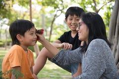 Azjatycki rodzinny bierze opiekę zdjęcia royalty free