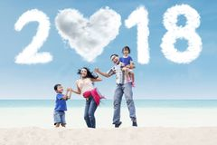 Azjatycki rodzinny cieszy się wakacje w plaży Zdjęcie Stock