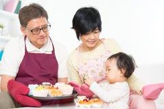 Azjatycki rodzinny pieczenie tort Obrazy Royalty Free
