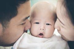 Azjatycki rodzinny uroczy moment Zdjęcie Royalty Free