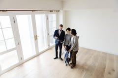 Azjatycki rodzinny zakupu nowy dom obrazy royalty free