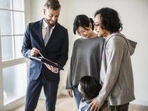 Azjatycki rodzinny zakupu nowy dom zdjęcie stock