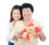 Azjatycki rodziny i prezenta pudełko obraz royalty free