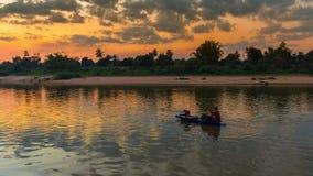 Azjatycki rybak na drewnianym łódkowatym kastingu sieć dla chwytającego freshw obrazy stock
