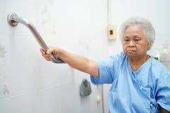 Azjatycki senior lub starsza starej damy kobieta cierpliwi u?ywamy toaletow? ?azienki r?koje?ci ochron? w piel?gnowa? szpitalnego obraz stock
