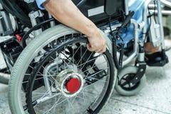 Azjatycki senior lub starszy starej damy kobiety pacjent na elektrycznym wózku inwalidzkim z pilotem do tv przy pielęgnować szpit obraz royalty free