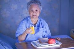 Azjatycki senior, starszego starej damy kobiety cierpliwego ?asowania ?niadaniowy zdrowy jedzenie z nadziej? lub szcz??liwy i pod fotografia royalty free