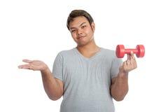 Azjatycki silnego mężczyzna chwyt wagi lekkiej dumbbell z jego palcem Zdjęcie Stock