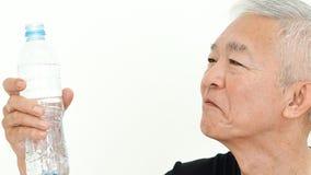 Azjatycki starszego m??czyzny bidonu nap?j dla zdrowie fotografia stock