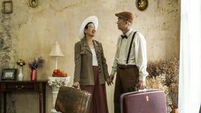 Azjatycki starszy elegancki pary podróży pojęcie z starym luggages rocznikiem obraz stock