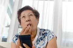 Azjatycki starszy kobiety łasowania popkorn Fotografia Stock