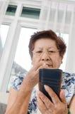 Azjatycki starszy kobiety łasowania popkorn Obrazy Stock