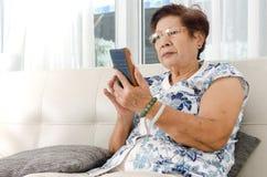 Azjatycki starszy kobiety łasowania popkorn Obraz Stock