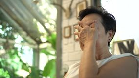 Azjatycki starszy kobiety zmartwienia westchnienie myśleć w domu zdjęcie wideo