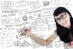 Azjatycki student collegu pisze matematyki formule obraz royalty free