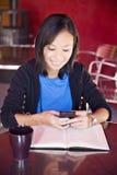 Azjatycki studenta collegu texting fotografia stock
