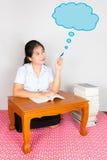 Azjatycki Tajlandzki uczeń wskazuje chmurę pomysł Fotografia Stock
