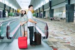 Azjatycki turysta przy eskalatorem Obraz Stock