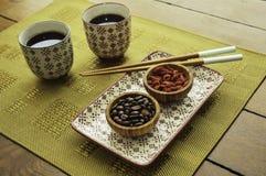 Azjatycki typ herbaciany ustawiający na drewno stole z teacups pucharami i chopsticks fotografia stock