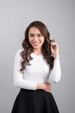 Azjatycki uśmiechnięty ufny bizneswoman patrzeje prostą pozycję Obrazy Royalty Free