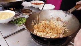 Azjatycki Uliczny jedzenie: Szefa kuchni kucharstwa ochraniacz Tajlandzki w Wok zdjęcie wideo