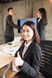 Azjatycki urzędnika przedstawienia kciuk up Zdjęcia Stock