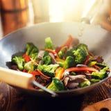 Azjatycki wok z wołowiną i jarzynowy fertanie smażymy Zdjęcie Stock