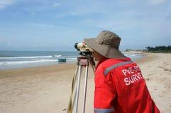 Azjatycki inżynier ankiety poziom morza Fotografia Stock