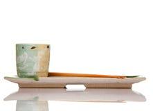 Azjatyckich ceramika obiadowy położenie z drewnianymi chopsticks obraz stock