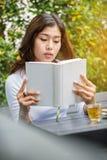 Azjatyckich kobiet czytelnicza książka Obrazy Royalty Free