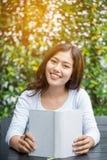 Azjatyckich kobiet czytelnicza książka Fotografia Stock