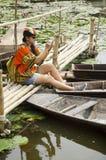 Azjatyckich podróżników kobiety podróży tajlandzka wizyta i siedzący bambusa most Zdjęcie Stock