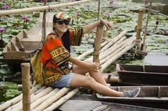 Azjatyckich podróżników kobiety podróży tajlandzka wizyta i siedzący bambusa most Fotografia Stock