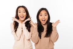 Azjatyckie ładne szokować dam siostry Fotografia Stock