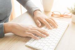 Azjatyckie żeńskie ręki używają komputerową klawiaturę obraz royalty free