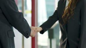 Azjatyckie biznesmena i bizneswomanu chwiania ręki zbiory wideo