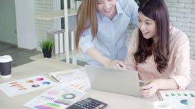 Azjatyckie biznesowe kobiety czuje szczęśliwe ręki podnosili odświętność po słuchają sukcesu Operacyjnego rezultat w biurze zdjęcie wideo