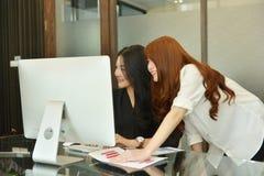Azjatyckie biznesowe kobiety pracuje laptop i używa w pokoju konferencyjnym zdjęcia royalty free