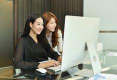 Azjatyckie Biznesowe kobiety używa komputer w biurze obraz royalty free