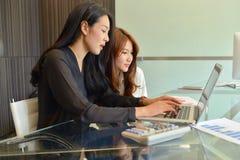 Azjatyckie Biznesowe kobiety używa komputer w biurze obrazy royalty free