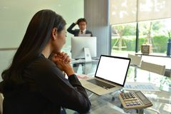 Azjatyckie Biznesowe kobiety używa laptop z pustym ekranem obraz royalty free