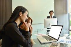 Azjatyckie Biznesowe kobiety używa laptop z pustym ekranem obraz stock