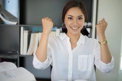 Azjatyckie biznesowej kobiety ręki up dla świętowanie sukcesu działania, Su Obraz Royalty Free