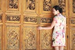 Azjatyckie Chińskie dziewczyny są ubranym cheongsam cieszą się czas wolnego w antycznym miasteczku fotografia royalty free